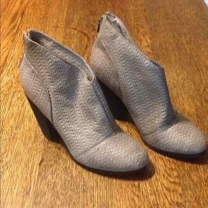 Modern vintage gray textured ankle boots size 39
